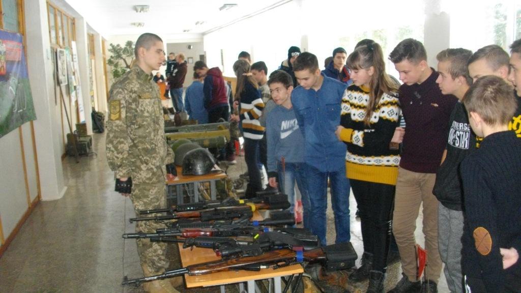 Виставка зброї з АТО у ЗОШ І-ІІІ ст. № 1 м. Зборова